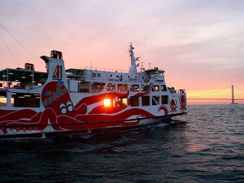 明石海峡の日の出と明石港を出港するたこフェリー 明石海峡の日の出と明石港を出港するたこフェリー