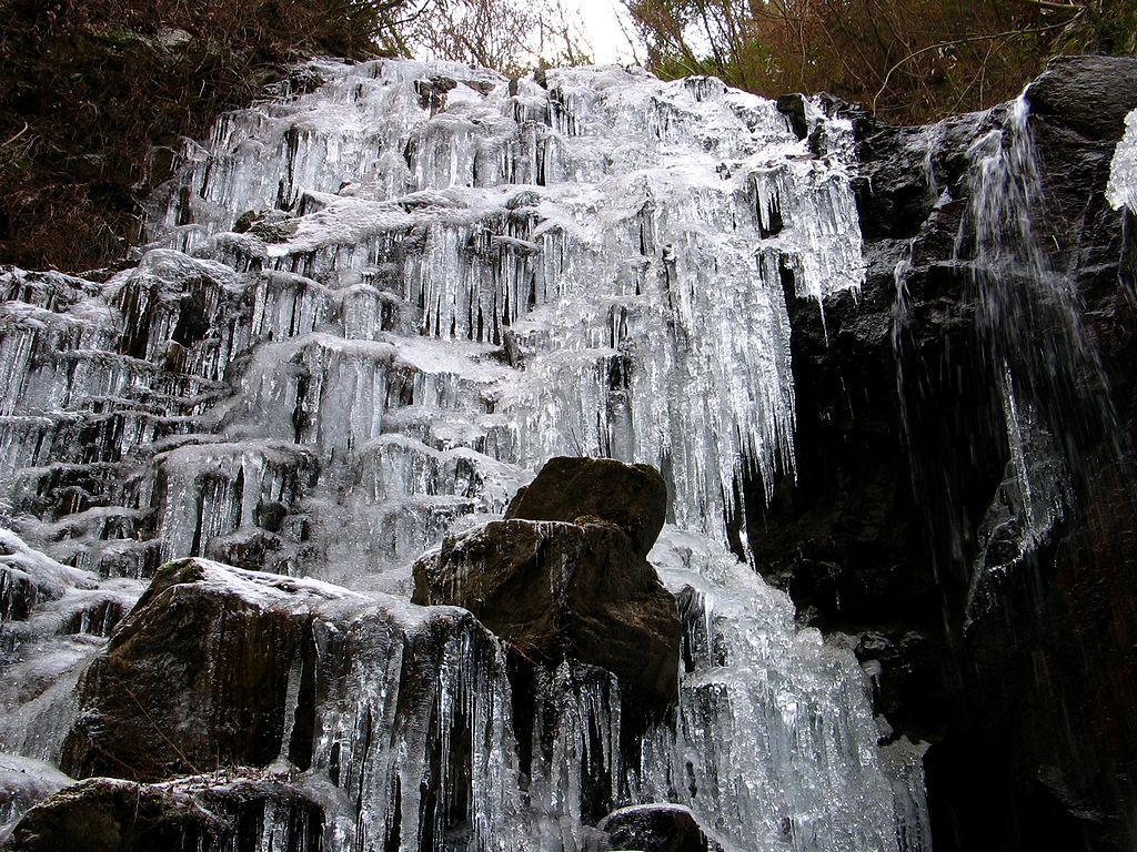 有馬48滝のひとつ 七曲がり滝の氷瀑 有馬48滝(七曲滝/百間滝/似位滝/白石滝)と氷滝・氷瀑[